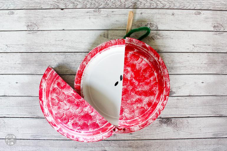 This movable paper plate apple craft from Paper Plate Fun is one of fifteen fall paper plate crafts for kids shared in this great blog post!