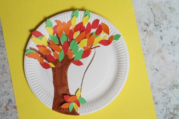 This falling leaves paper plate craft is one of fifteen fall paper plate crafts for kids shared in this great blog post!
