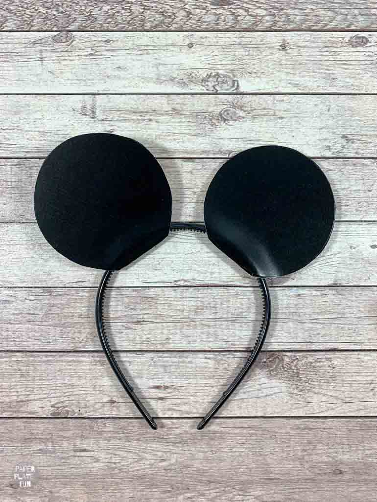 It's so easy to make your own Mickey Mouse ears with paper plates!